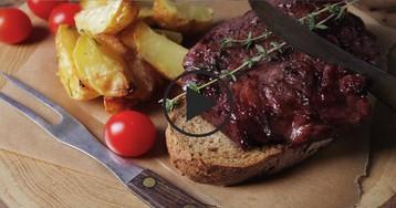 Стейк из свинины в соусе из  полусладкого красного вина: видео-рецепт