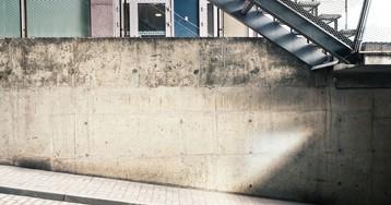 Житель московской Рублевки отгородился от бывшей жены бетонной стеной