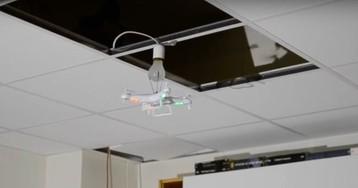 #видео | Сколько дронов нужно для того, чтобы заменить лампочку?