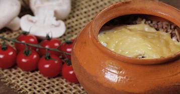 Гречка, запеченная в горшочке с грибами, сметаной и сыром