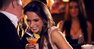 Esqueça as cantadas prontas: 6 maneiras de iniciar a conversa com uma mulher
