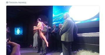 Чилийский министр извинился за фотографии с секс-куклой после критики президента