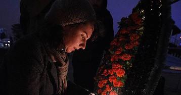 Цветы и свечи у новогодней елки