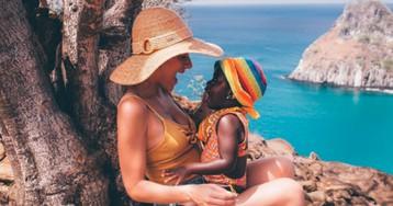 Giovanna Ewbank mostra a filha Titi se deliciando com uma melancia