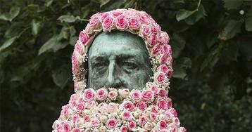 В Брюсселе памятники украшают цветочными бородами и париками