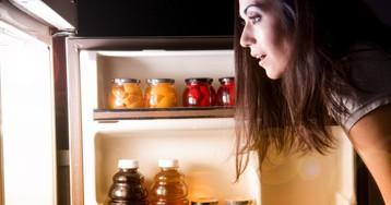 Лайфхак для проверки холодильника — монета в стакане со льдом