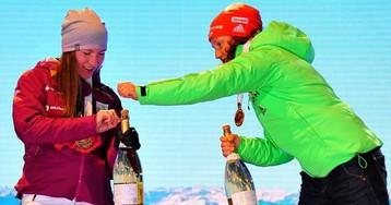 Домрачева и Коукалова открыли шампанское на церемонии лишь с помощью Дальмайер