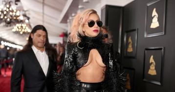 Латекс, кожа, цепи и шипы: Леди Гага появилась на дорожке «Грэмми» с голой грудью