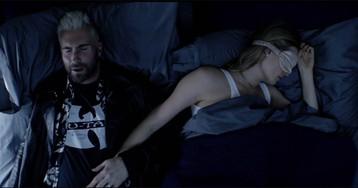 Adam Levine e Behati Prinsloo aparecem na cama em teaser do clipe de Cold