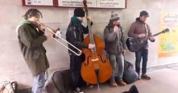 Уличные музыканты здорово исполняют известные композиции