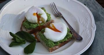 Яйца пашот на тостах с пюре из авокадо и горошка