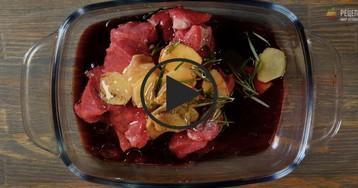 Запеченная телятина с яблоками и сельдереем: видео-рецепт