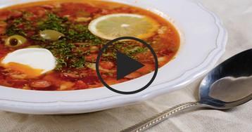 Сборная солянка с копченостями: видео-рецепт