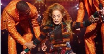 Jennifer Lopez trava as costas e é ajudada por dançarinos durante show em Las Vegas
