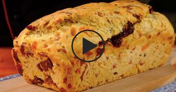 Хлеб с вялеными помидорами, сыром и тимьяном: видео-рецепт