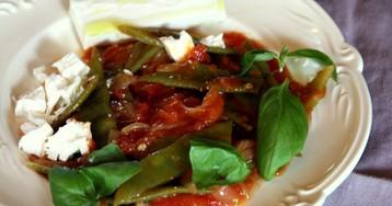 Римская закуска: тушеная зеленая фасоль с помидорами и сыром Фета