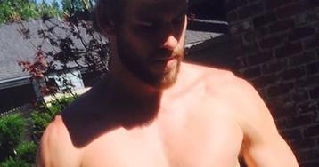 Liam Hemsworth posta fotos usando short minúsculo