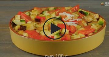Легкий пирог из поленты, тушеных овощей и сыром: видео-рецепт