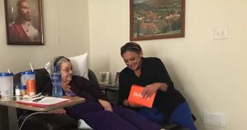 «Я живу здесь 50 лет и не знаю никого из соседей». Как одна записка помогла бабушке найти тысячи друзей