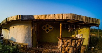 Парень из Беларуси построил эко-дом за сущие копейки