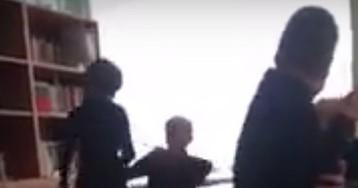 """""""Охотно раздавала подзатыльники"""": избиение школьника учительницей попало на видео"""