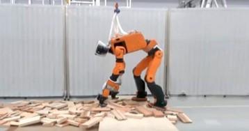 Робот-спасатель от Honda научился открывать двери и подниматься по лестницам