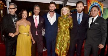 Miley Cyrus e Liam Hemsworth vão juntos à première de Thor: Ragnarok