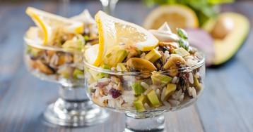 Салат с мидиями, рисом и авокадо