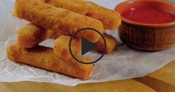 Жареный сыр с вишневым соусом: видео-рецепт