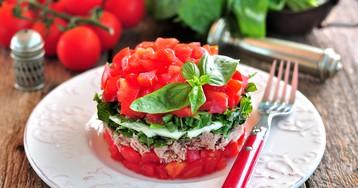 Слоёный салат с тунцом, моцареллой, помидорами и базиликом