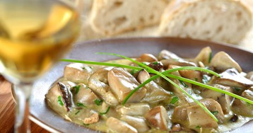Белые грибы, тушеные в винном соусе