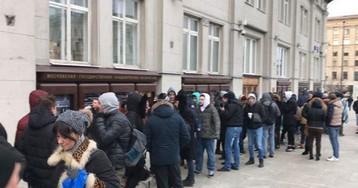 ФОТО: москвичи за два дня заняли очередь за новыми айфонами