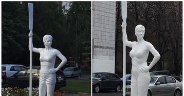 В Царицыне поставили девушку с веслом, которая смутила местных жителей