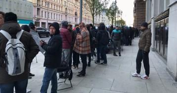 В очереди за новым айфоном стоит до 500 человек. Им даже пригнали автобус, чтобы погреться