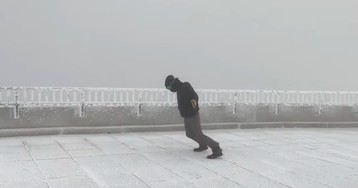 Watch a weather observer struggle to stand in 105-mph winds