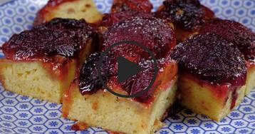 ВИДЕО-РЕЦЕПТ: Пирог со сливами и карамельной корочкой