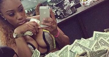 «И зачем было учиться в университете»: в сети недоумевают от фото стриптизерш, купающихся в деньгах