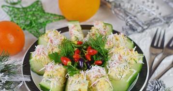 Закуска из свежих огурцов с крабовыми палочками, сыром и яйцом