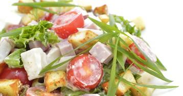 Салат с ветчиной, помидорами черри и сухариками