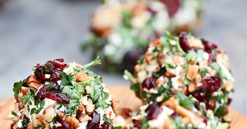 Сырные шарики с орехами, клюквой и зеленью