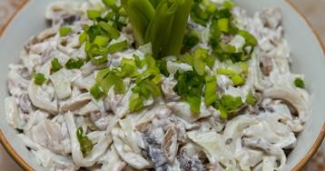 Аппетитный салат из кальмаров с грибами