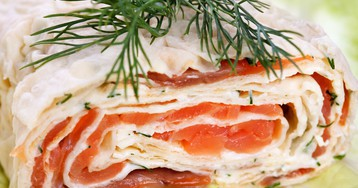 Аппетитный рулет из лаваша с сёмгой и сливочным сыром