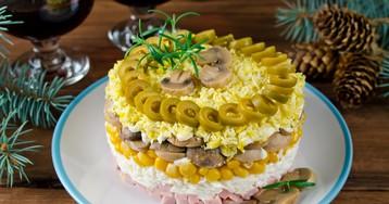 Слоёный салат с ветчиной и грибами