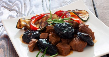 Аппетитное мясо с черносливом