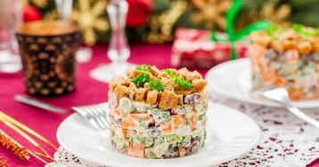 Немецкий рождественский салат с колбасой и фасолью