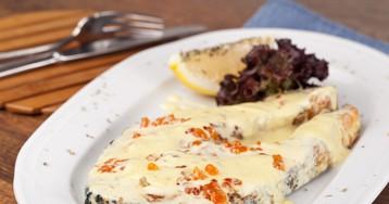 Жареный лосось в сливочно-икорном соусе
