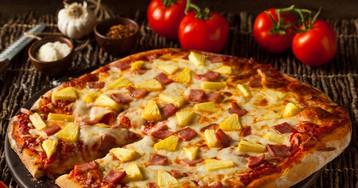 Домашняя пицца с ветчиной и ананасом