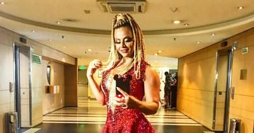 Viviane Araújo arrasa de vestido vermelho em feijoada do Salgueiro em SP
