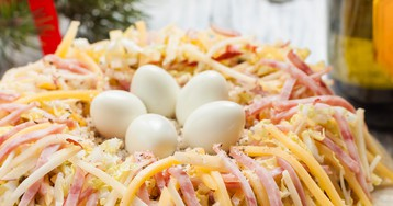 """Салат """"Гнездо глухаря"""" с сыром, яблоком и ветчиной – ну очень вкусный!"""