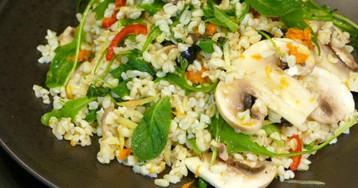 Теплый салат со свежими шампиньонами, булгуром и мятой